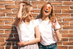 dve dievčatá v bielych tričkách