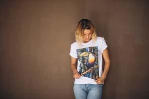mladá žena v tričku s potlačou