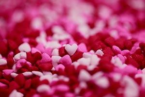 Ružové a červené cukríkové srdiečka rozsypané všade
