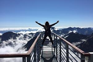 Turistka kochajúca sa výhľadom na Vysoké Tatry