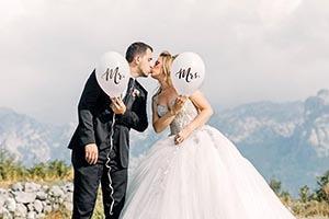Nevesta so ženíchom si dávajú mladomanželský bozk
