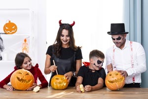 rodina v maskách na Halloween