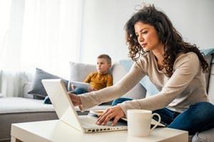 žena so synom pracuje z domu