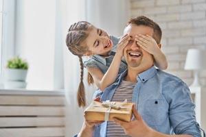 dcérka dáva otcovi darček