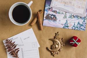 Vianočné pohľadnice, ozdoby a káva na stole